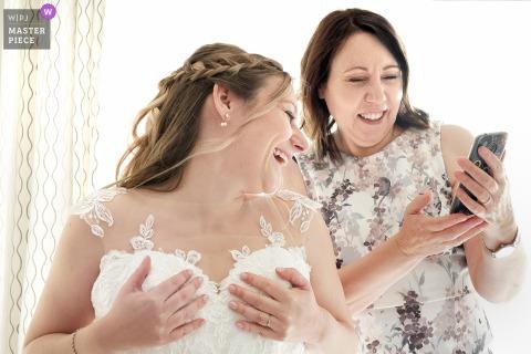 La foto del matrimonio a casa di Tolosa di La madre della futura sposa le mostra una foto sul suo telefono e scoppi di risate dalla futura sposa