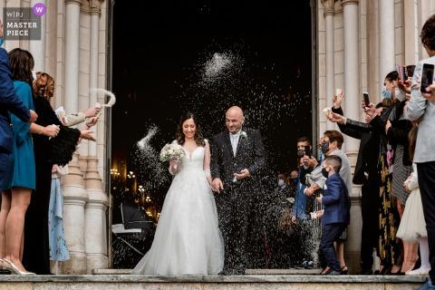 Fotografia di matrimonio in chiesa della Puglia che mostra la gioia degli sposi all'uscita