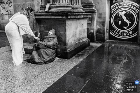 Foto di matrimonio nel centro di Glasgow che mostra la sposa che è gentile e aiuta