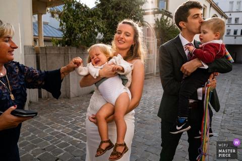 Gent, België trouwreportages laten zien dat kinderen kinderen zijn met de bruid en bruidegom