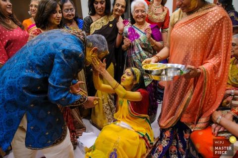 Comunidade Hindu de Portugal, Lisboa, Portugal foto di matrimonio che mostra il testimone della sposa Anche il testimone della sposa è stato benedetto dalla sposa alla cerimonia Pithi, una cerimonia di benedizione per la sposa, sotto lo sguardo della famiglia più stretta della sposa