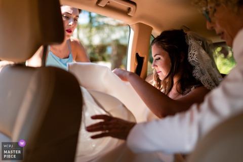 Pordenone, Italia fotografia di matrimonio delle spose Entrata in macchina