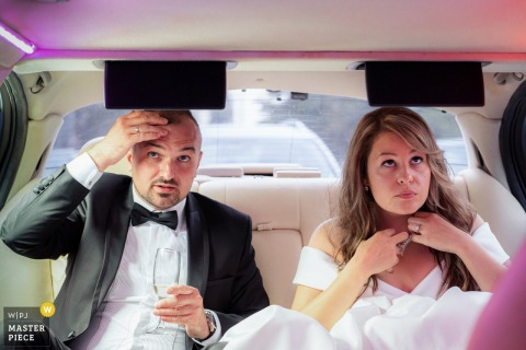 Foto del matrimonio in Bulgaria che mostra la sposa e lo sposo che si preparano aggiustando gli ultimi ritocchi del loro aspetto