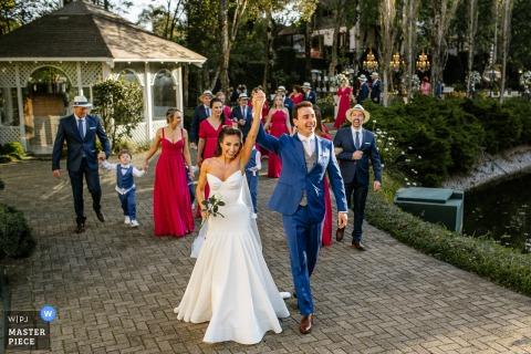 Fotografía de boda de Castelo Saint Andrews, Gramado, Brasil que muestra a los novios celebrando como recién casados con todos los invitados juntos
