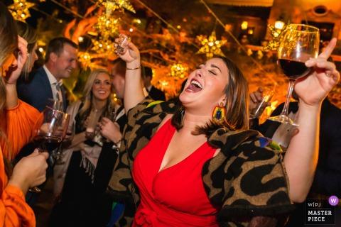 casa hyder, san miguel de allende, mexico trouwfoto van een bruiloftsgast die geniet van haar drankjes en dansen