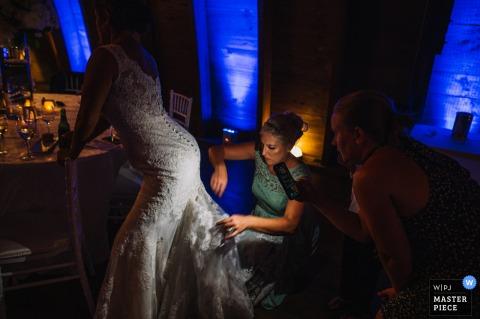 Sweeney Barn, Manassas, Virginia la fotografia di matrimonio di La sorella e la matrona d'onore sta risolvendo alcuni problemi di guardaroba