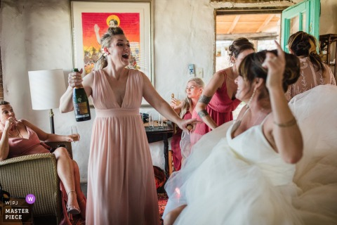 Terlingua, TX Fotografía de boda que muestra a la novia y sus damas de honor bailando mientras esperan que comience la ceremonia.