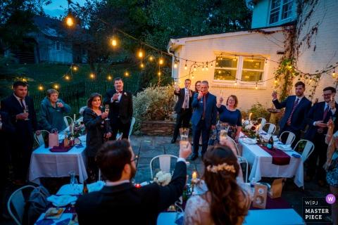 Ballenger Farm, Leesburg, Virginia, fotografia di matrimonio che mostra la coppia che brinda ai loro amici e familiari durante il loro intimo ricevimento di nozze