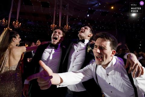 Seawell Ballroom fotografia di matrimonio che mostra lo sposo balla con i suoi testimoni dello sposo durante il suo ricevimento di nozze alla Seawell Ballroom di Denver, CO