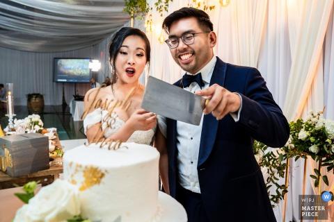 Fotografia di matrimonio cerimonia Virginia durante il taglio della torta con un bel coltello