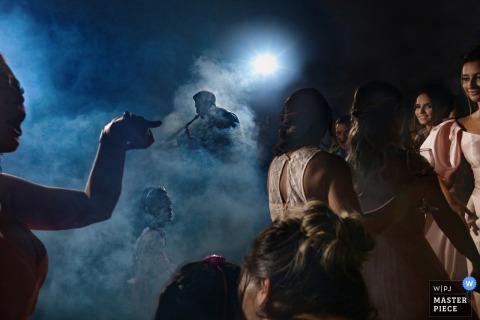 Foto de casamento de Villa Borguese Anápolis com luzes e neblina de DJ na pista de dança