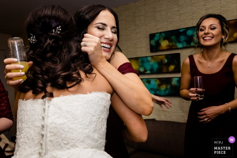 Filadelfia, Pennsylvania foto di matrimonio di abbracci di congratulazioni da damigelle