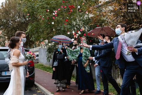 Île-de-France-Zeremonie Hochzeitsfotografie von Braut und Bräutigam unter Konfetti nach der Zeremonie