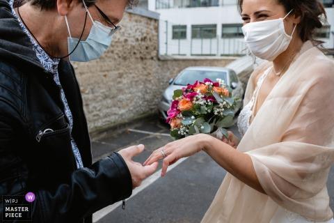 Hochzeitsfotografie der Île-de-France-Zeremonie des Vaters der Braut, der ihren Ring betrachtet