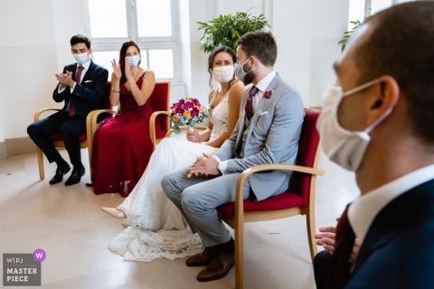 Pariser Hochzeitsbild der Braut und des Bräutigams, die Gelübde unter ihrer Maske während Covid austauschen