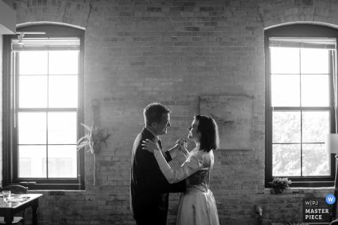 Fotografia di matrimonio dall'appartamento della coppia a Madison, WI che mostra la danza di padre figlia nel soggiorno della coppia al loro matrimonio riprogrammato