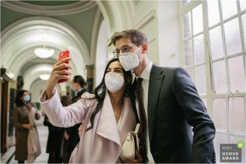 Pareja de Londres tomando un selfie con mascarillas en una boda en el Ayuntamiento de Islington