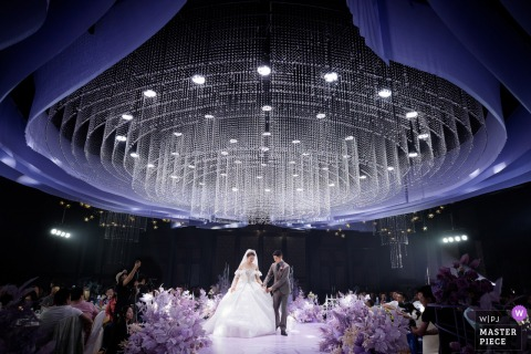 Nanjing best wedding photography from a Jiangsu, China hotel showing a pic ofthe glamorous indoor ceremony