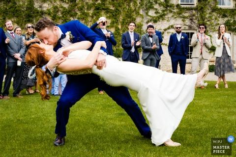 Een trouwfotograaf in het CloughJordan House in Ierland heeft dit beeld buiten gemaakt tijdens de Eerste dans op het gazon