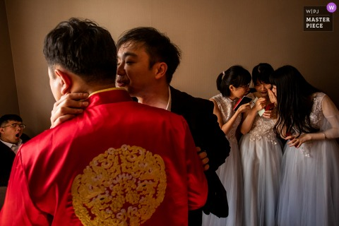 A top Chinese wedding photographer in Zhejiang captured this picture showing The bridesmaids and the best men were discussing how to find the brides wedding shoes