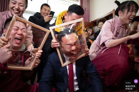 A wedding photographer in Shaanxi created this image of the door wedding game with stretched plastic over wood frames