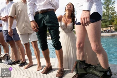 Un grand photographe de mariage aux Ormes a capturé cette photo du jeu des ormes avec la mariée à la piscine