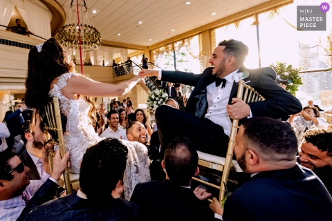 Meilleure photographie de mariage de l'Illinois de Victoria in the Park montrant une photo de l'action de danse sur chaise de piste de danse avec les mariés