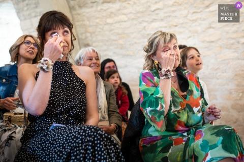 Un photographe de mariage à Noailles a créé cette image de larmes de femmes lors de la cérémonie de mariage en salle