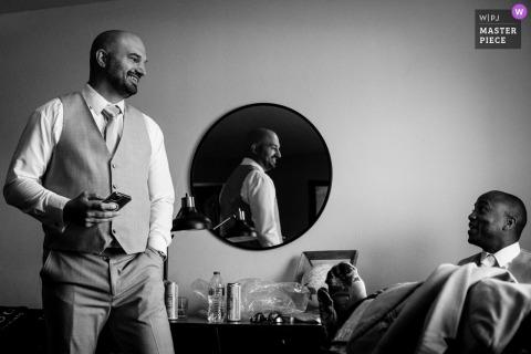 Un grand photographe de mariage du Montana à Butte a capturé cette photo de garçons d'honneur se préparant pour la cérémonie de mariage