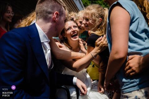 Un photographe de mariage à Noord Brabant a créé cette image de félicitations, câlins et embrassades