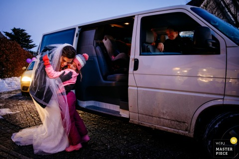 A top wedding photographer in Utrecht captured this picture showing a drive trough reception due to Corona