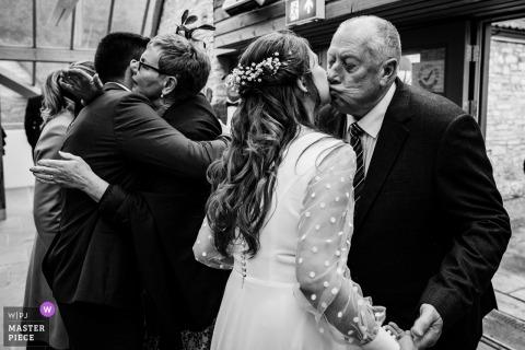 Fotografía de la boda de West Midlands que muestra a los invitados deseando lo mejor para los recién casados
