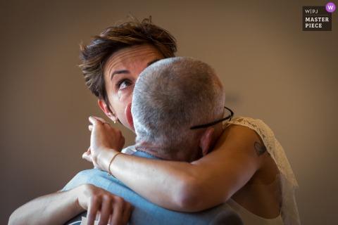 France mairie temps de préparation du mariage photo primée capturant la mariée avec son père. Les meilleurs concours d'images de mariage au monde sont organisés par la WPJA