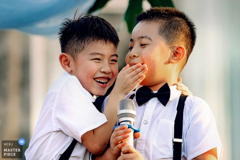 Nanning outdoor marriage reception party award-winning photo that has recorded a funny kid on mic moment