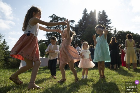 Photo primée de la réception de mariage en plein air du Manoir de Plainartige qui a enregistré des enfants jouant à l'extérieur