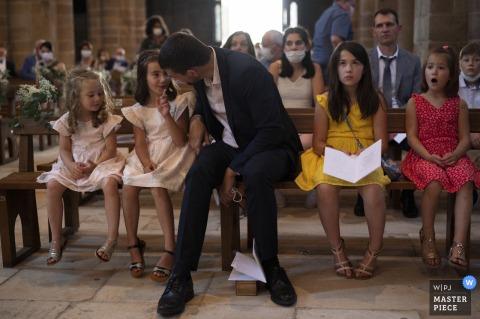 Image primée de la cérémonie de mariage en intérieur en tulle montrant des enfants à l'église