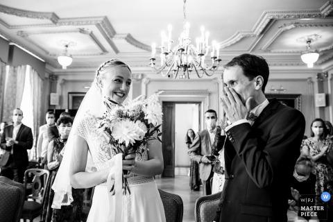 Image primée de la cérémonie de mariage en salle à Lyon montrant le marié est ému de voir sa femme. Les meilleurs concours de photos de mariage au monde sont présentés via le WPJA