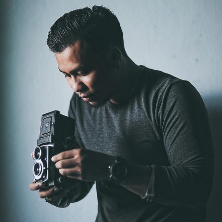 Wasan Chirdchom fotografiert journalistische Hochzeiten in Thailand mit seiner Kamera.