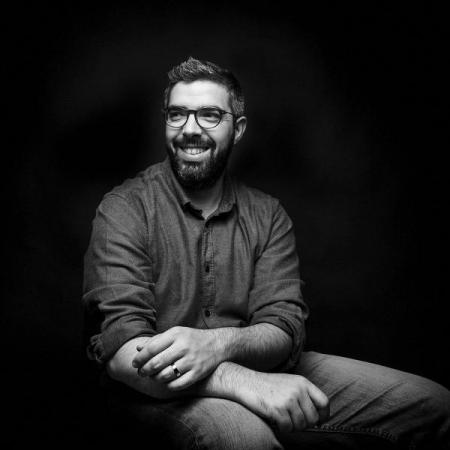 Luis Efigénio behaalde een bachelordiploma fotografie, samen met Academic Degree in Arts. Hij fotografeert nu trouwpartijen in Portugal.