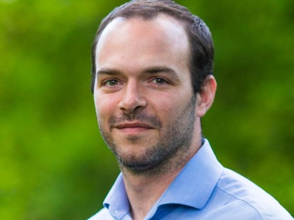 Kevin Quinlan是一位以醫學博士為基礎的不引人注目的婚禮攝影記者,擁有美術背景。
