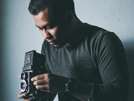 Wasan Chirdchom fotografa matrimoni giornalistici in Tailandia con la sua macchina fotografica.