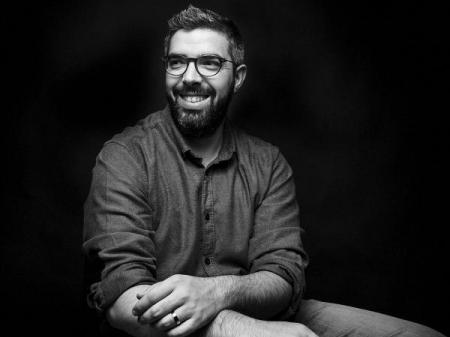 Luis Efigénio uzyskał tytuł licencjata fotografii wraz z Akademickim Stopniem w sztuce. Teraz fotografuje wesela w Portugalii.