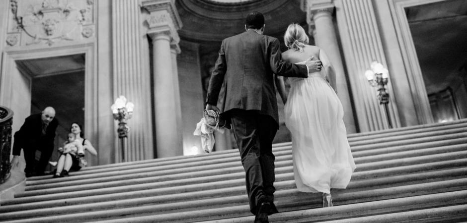 Imagen de la boda del ayuntamiento de San Francisco, CA en las escaleras