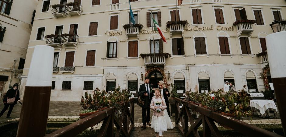 Huwelijksfoto van het paar dat bij het Grand Canal in Venetië, Veneto, Italië loopt door fotograaf Valeria Berti