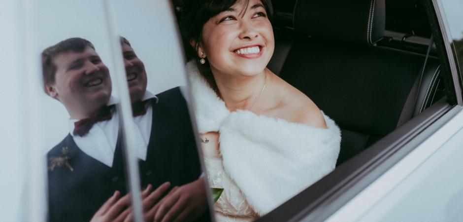 Foto van bruid en bruidegom van St. Christophers Church, Christchurch, Nieuw-Zeeland door fotograaf Liz Robson