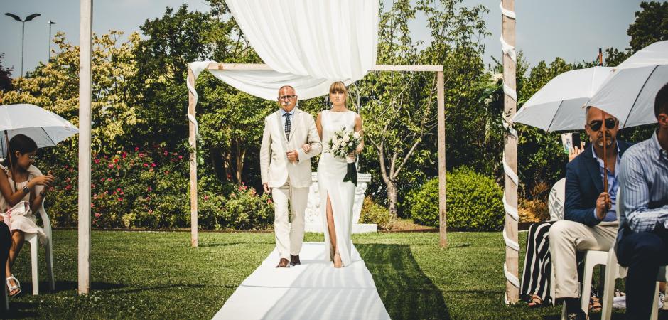 Zdjęcia ślubne na świeżym powietrzu ze Storica Hostaria Baracca autorstwa Carlo Bettuolo