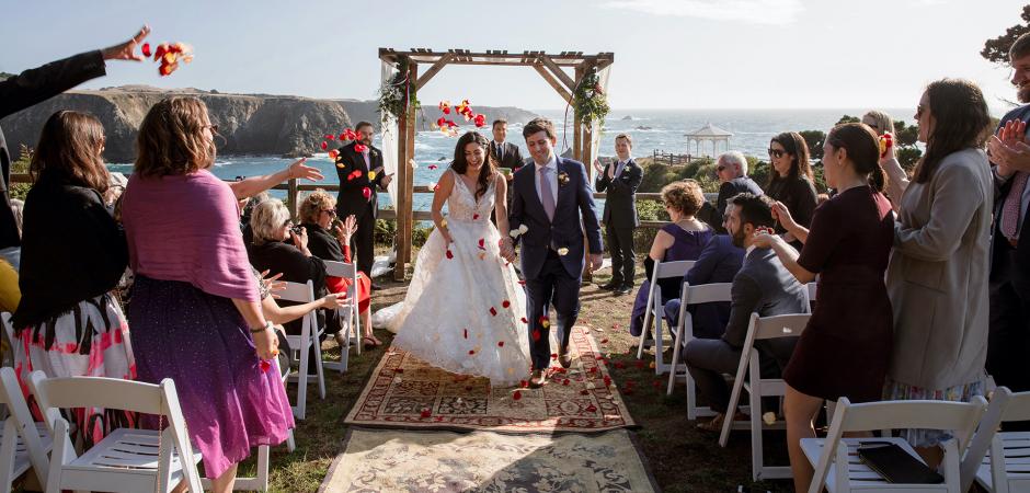 CA Beach Wedding Ceremony afbeeldingen met bloemblaadjes door Joyce Perlman