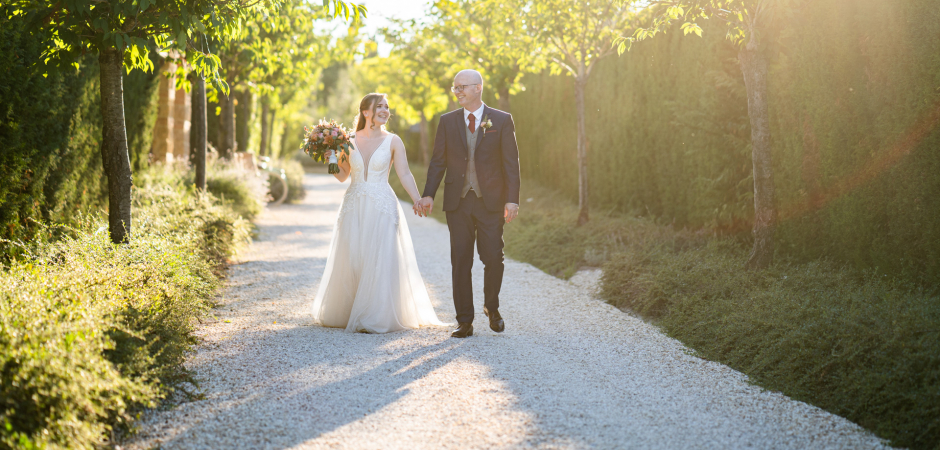 Walking Wedding Portrait at Borgo Santo Pietro, Siena, Tuscany by Photographer Andrea Sampoli
