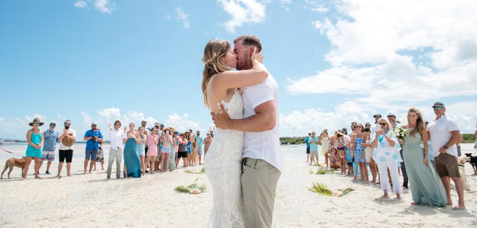 Pocałunek na plaży ze ślubu w Marvin Key na Florydzie przez fotografkę Julie Ambos