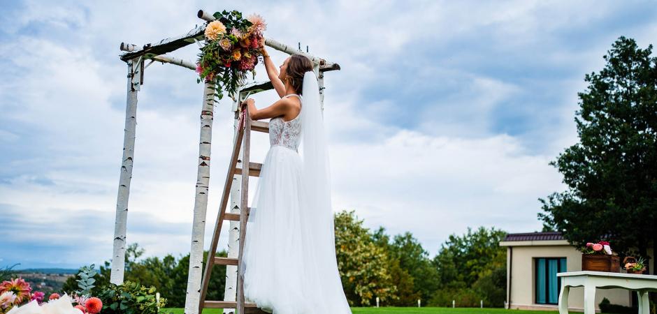 Hochzeitsbild der Braut vor ihrer Villa Ekaterina, Vakarel, Bulgarien Elopement Hochzeitszeremonie - Foto von Bozhidar Krastev